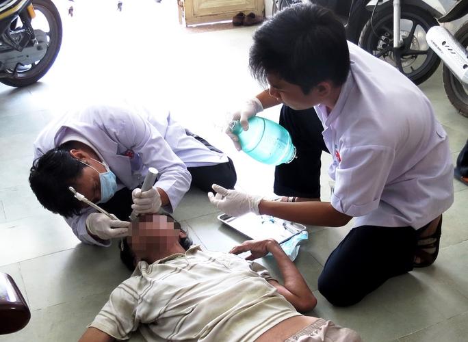 Các bác sĩ, điều dưỡng của Trung tâm Cấp cứu 115 cấp cứu thành công một trường hợp bị ngưng tim, ngưng thở