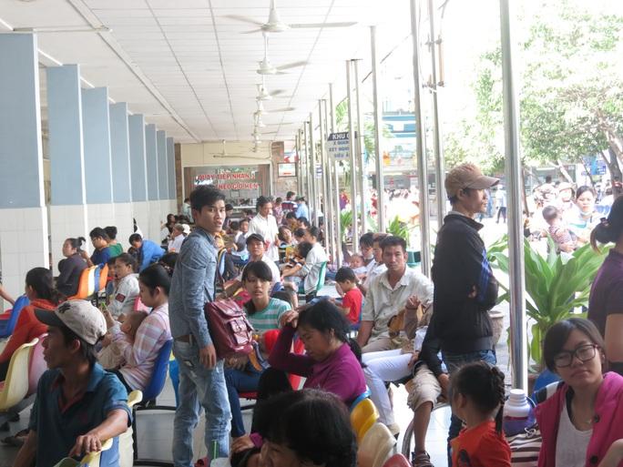 Phụ huynh đưa trẻ đến khám bệnh tại Bệnh viện Nhi Đồng 1 (TP HCM)