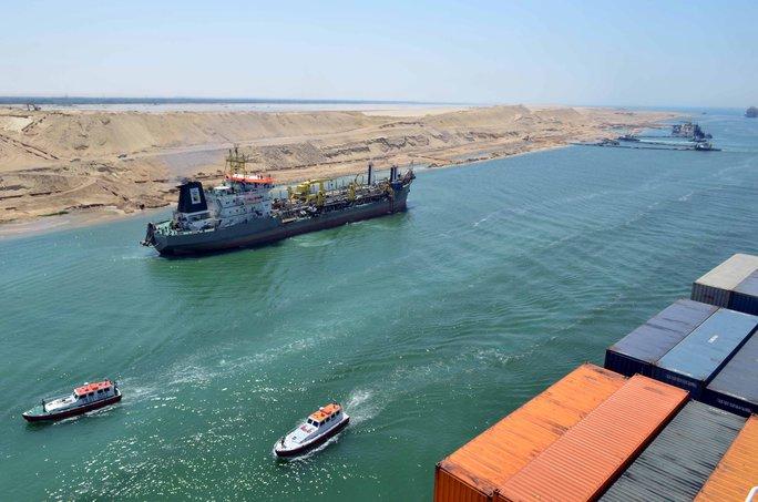 """Một tàu chở hàng đi qua kênh đào  Suez """"mới""""  Ảnh: Reuters"""