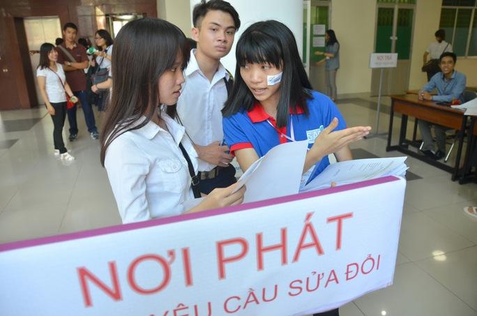 Sinh viên tình nguyện hướng dẫn thí sinh làm thủ tục dự thi.