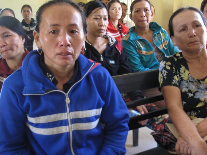 Bà Nguyễn Thị Độc Lập (trái) và bà Hồ Thị Khoa (phải) thẫn thờ trước bản án của người thân