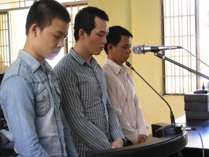 (Từ trái sang phải) Lê Tấn Khỏe, Lê Minh Phát và Lê Ngọc Tâm tại phiên tòa sơ thẩm
