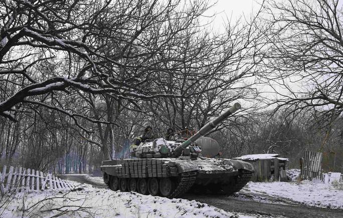 Lực lượng ly khai thân Nga lái xe tăng bên ngoài thị trấn Horlivka thuộc miền Đông Ukraine. Ảnh: Reuters