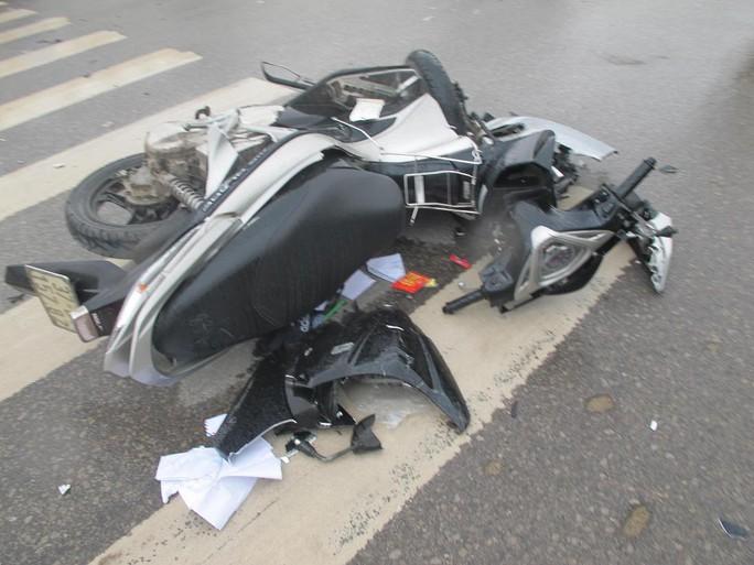 Xe máy bị dập nát sau khi bị ô tô tông.
