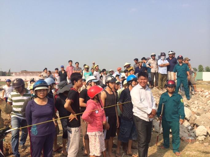 Hàng trăm người hiếu kỳ đến xem xác chết cháy