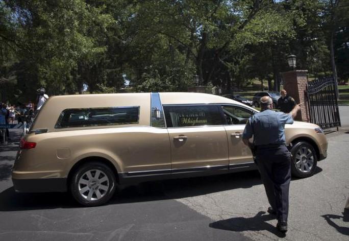 Nội ngoại cãi nhau vì bán ảnh con gái Whitney Houston lúc qua đời