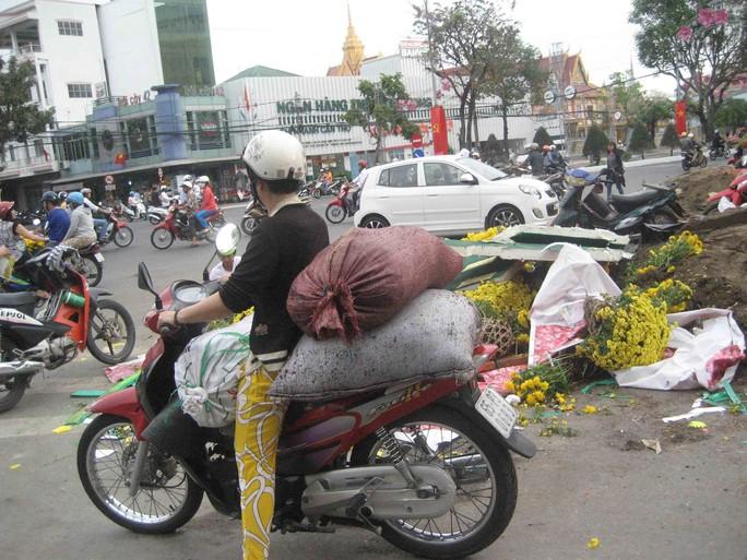 Tranh thủ chở những bao phân đem về trồng hoa kiểng