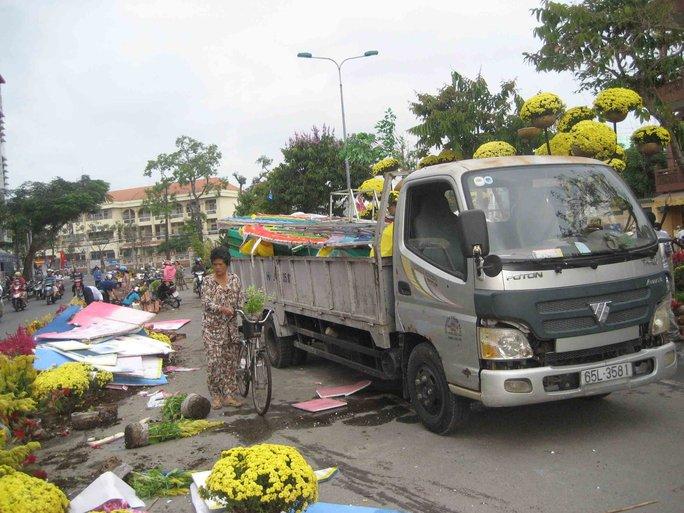Xe tải được huy động đến để chở những mô hình, tiểu cảnh đem về
