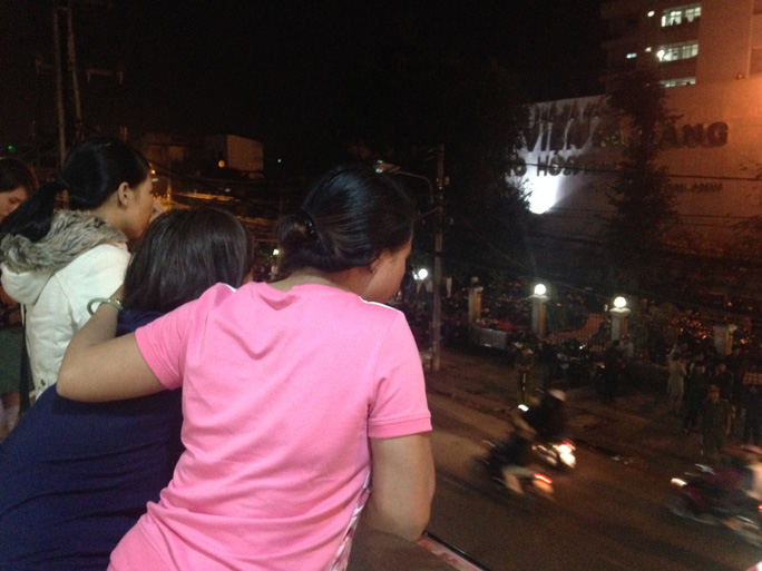 Người dân ở đường Hải Phòng tập trung ở các tầng cao để chờ đón ông Thanh sẽ được đưa về ở cổng trước bệnh viện