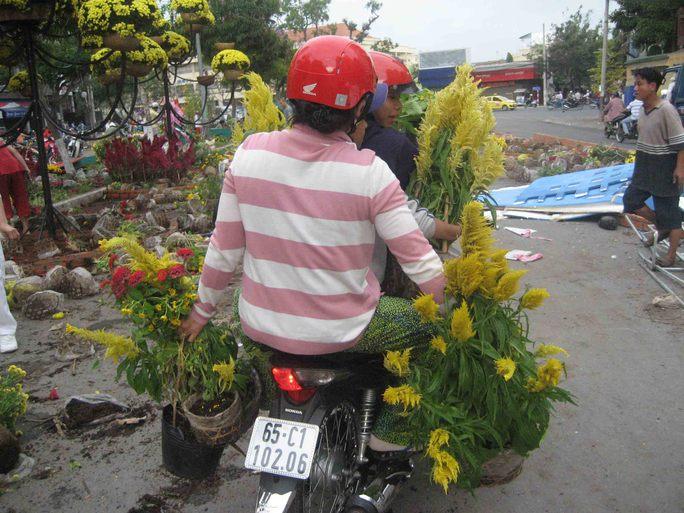 2 phụ nữ này cho biết sẽ tranh thủ chở hoa về để quay lại thu gom tiếp