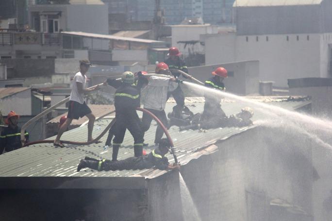 Cháy lớn 10 căn nhà dưới chân chung cư Khánh Hội