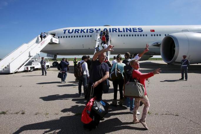 Máy bay hạ cánh tại sân bay Casablanca. Ảnh: Reuters