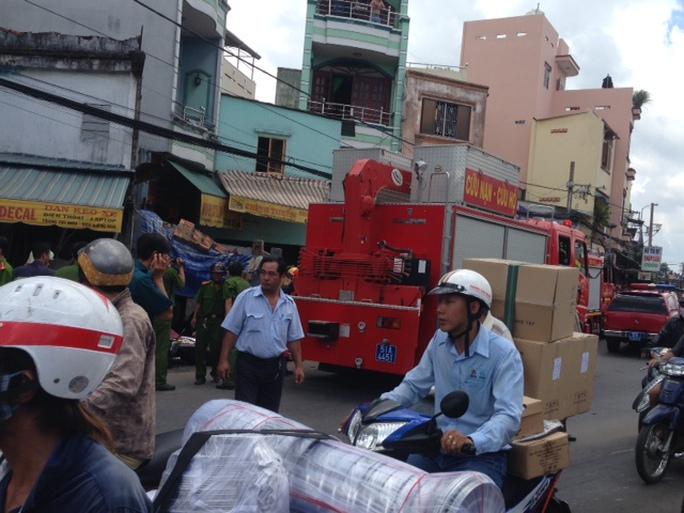 Hiện trường sau vụ xe tải tông vào nhà trên đường Tùng Thiện Vương