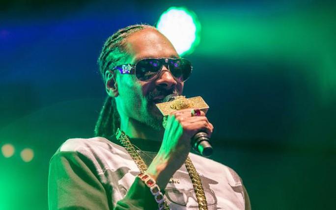 Rapper Snoop Dogg gặp rắc rối vì mang nhiều tiền mặt