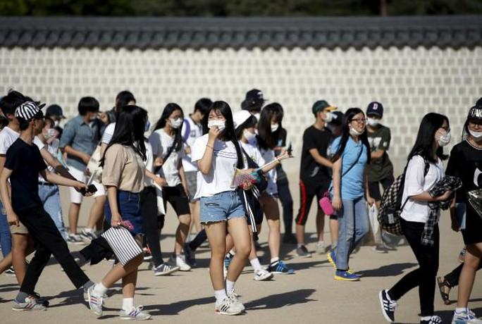 Hầu hết sinh viên Hàn Quốc đều đeo khẩu trang khi ra đường hôm 3-6. Ảnh: Reuters