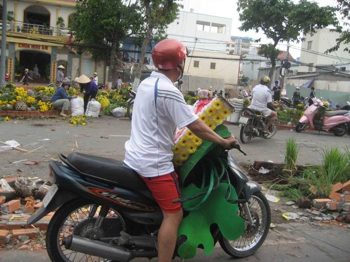 Hoa mô hình bằng nhựa được chở về nhà
