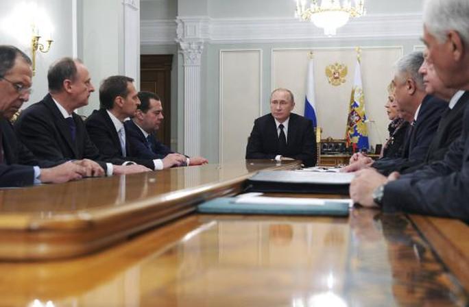 Tổng thống Nga họp cùng các quan chức cao cấp nước này. Ảnh: Reuters