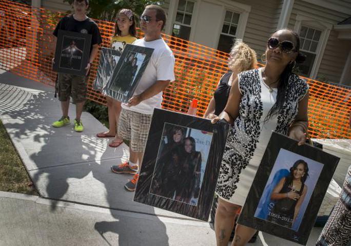 Người hâm mộ Whitney Houston tụ họp đưa tiễn con gái cô
