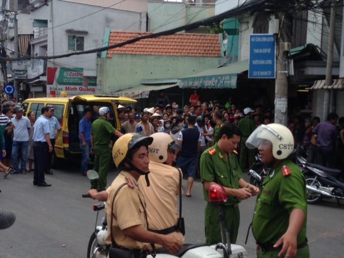 Lượng lượng cảnh sát đang phong tỏa đường để cứu người, bảo vệ hiện trường