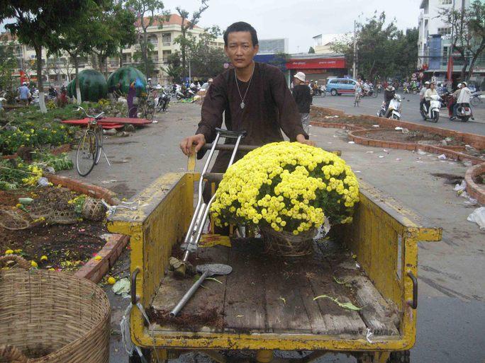 Nhà chùa cũng đến chở hoa