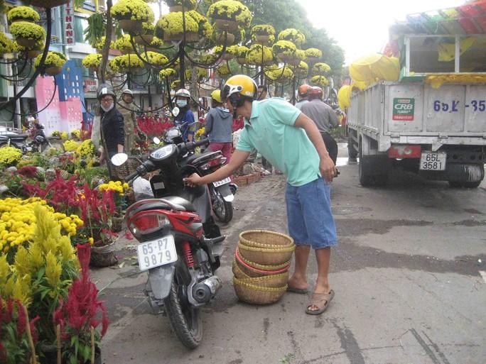 Những cái thúng dùng để treo hoa cũng được gom về