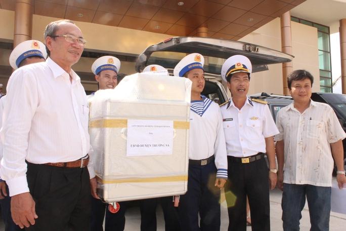 Ông Nguyễn Hòa, Chủ tịch LĐLĐ tình Khán Hòa, tặng máy ấp trứng cho các chiến sĩ huyện đảo Trường Sa