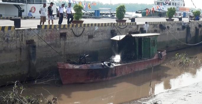 tàu chở dầu được trục vớt đưa vào bờ phục vụ công tác điều tra