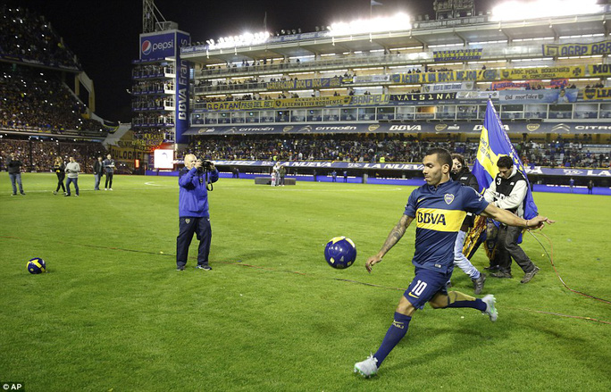 Tevez gây náo loạn ngày trở lại Boca Juniors