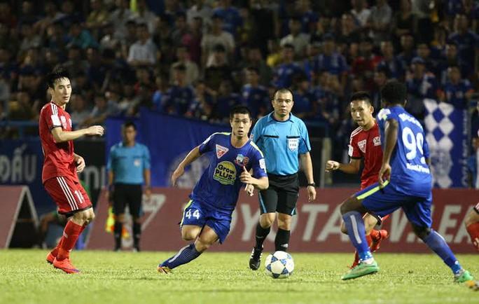 Công Phượng đi bóng qua các cầu thủ Quảng Ninh