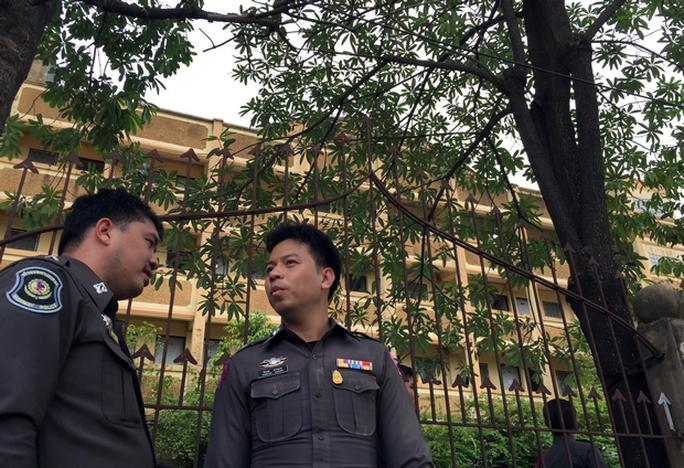 Cảnh sát canh giữ bên ngoài khu căn hộ ở  Soi Chuam Samphan 11, quận Nong Chok. Ảnh: AP