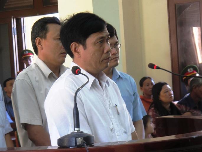 Bị cáo Lê Đức Hoàn, nguyên Phó Công an TP Tuy Hòa (đứng giữa) lần đầu ra vành móng ngựa