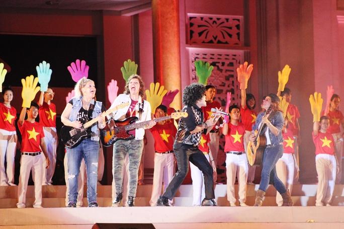 MC Thanh Bạch (áo đen) và ban nhạc Mỹ