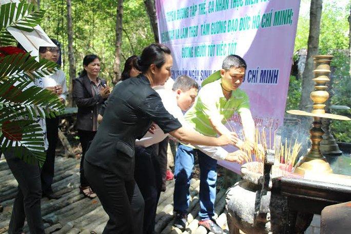 CNVC-LĐ thắp hương tưởng nhớ các chiến sĩ tại Khu căn cứ Rừng Sác,  Cần Giờ, TP HCM