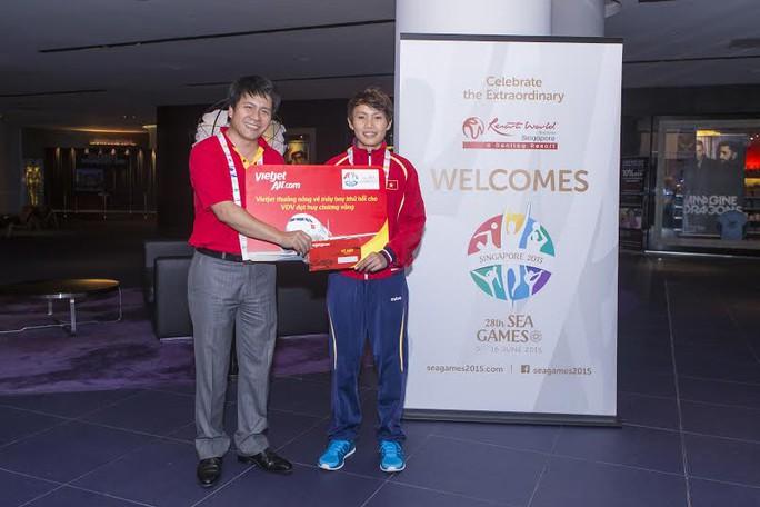 Ông Dương Hoài Nam - Giám đốc Văn phòng khu vực miền Bắc Công ty CP hàng không Vietjet, trao thưởng cho VĐV Nguyễn Thị Thật giành HCV môn xe đạp.