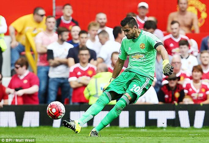 Thủ môn đóng thế Romero trở thành người  hùng của M.U trong trận thắng Tottenham
