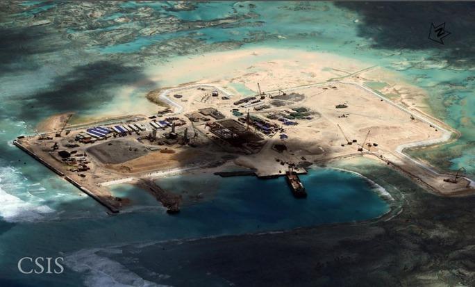 Ảnh chụp từ vệ tinh ngày 15-11-2014 cho thấy Trung Quốc cải tạo, xây dựng trái phép trên bãi đá  Châu Viên Ảnh: CSIS