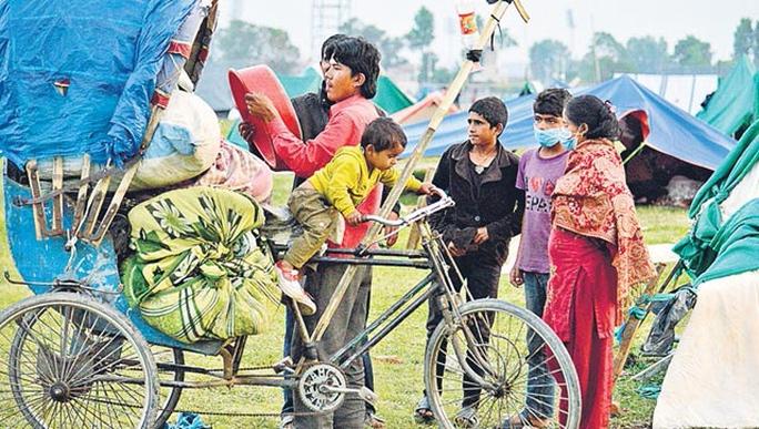 Một gia đình người Nepal gói ghém tài sản rời lều tạm trở về nhà ở Kathmandu Ảnh: Hindustan Times