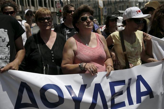 Các nhân viên vệ sinh trường học biểu tình bên ngoài Bộ Lao động và Thống nhất Xã hội Hy Lạp  tại Athens hôm 15-6Ảnh: REUTERS