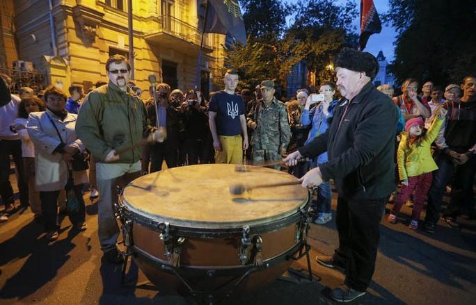 """Những người ủng hộ tổ chức """"Right Sector"""" biểu tình bên ngoài Văn phòng Tổng thống Ukraine đêm 12-7Ảnh: TASS"""