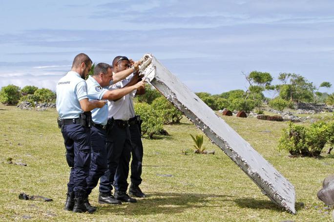 Cảnh sát Pháp xem xét mảnh vỡ trên đảo ReunionẢnh: AP
