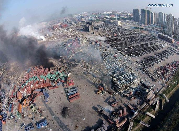 Nhiều container, xe hơi rúm ró vương vãi sau vụ nổẢnh: Tân Hoa Xã