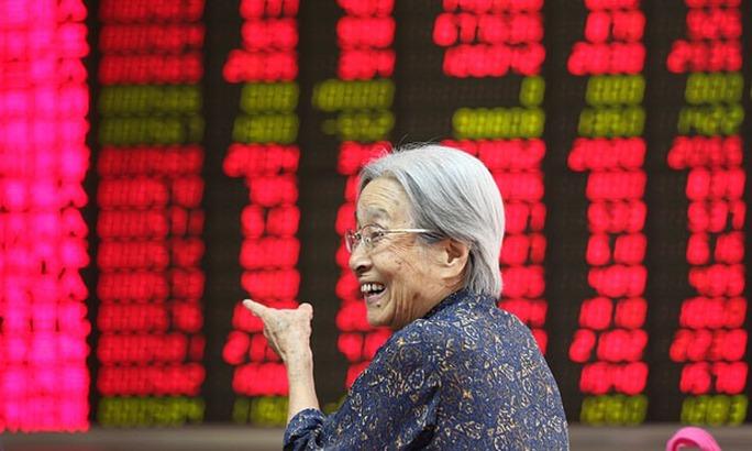 Nụ cười đã trở lại với giới đầu tư chứng khoán Trung Quốc hôm 27-8Ảnh: EPA