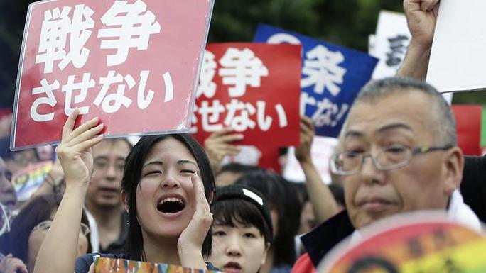 Người dân Nhật Bản hôm 30-8 biểu tình phản đối dự luật an ninh mới dự kiến được thông qua trong tháng 9 Ảnh: EPA