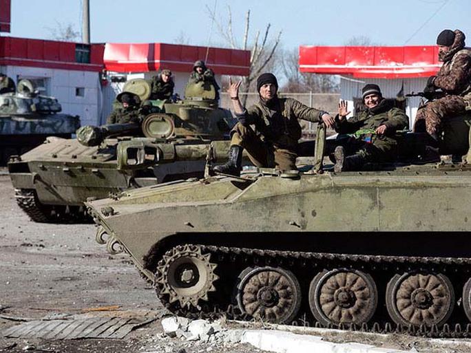 Phe ly khai ở Đông Ukraine khẳng định đã bắt đầu rút vũ khí hạng nặng ra xa chiến tuyến Ảnh: NEWSRU