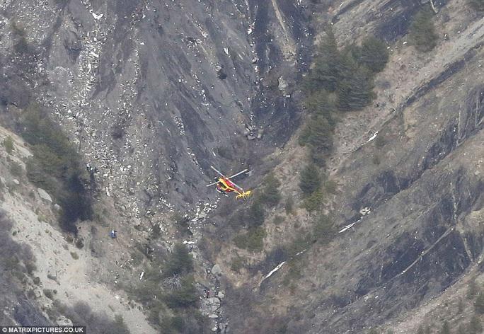 Một trực thăng cứu hộ bay phía trên hiện trường vụ rơi máy bay của hãng hàng không Germanwings Ảnh:  Matrixpictures.co.uk