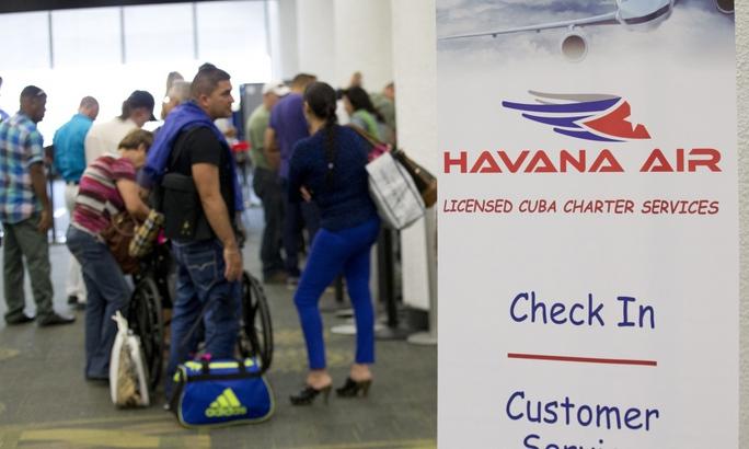 Du khách tại sân bay quốc tế Miami (Mỹ) chuẩn bị đáp chuyến bay đi Havana - CubaẢnh: AP