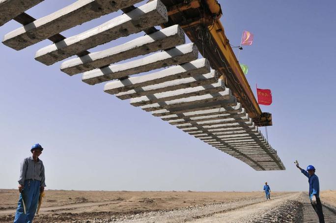 Công nhân xây dựng đường sắt ở Tân Cương - Trung QuốcẢnh: REUTERS