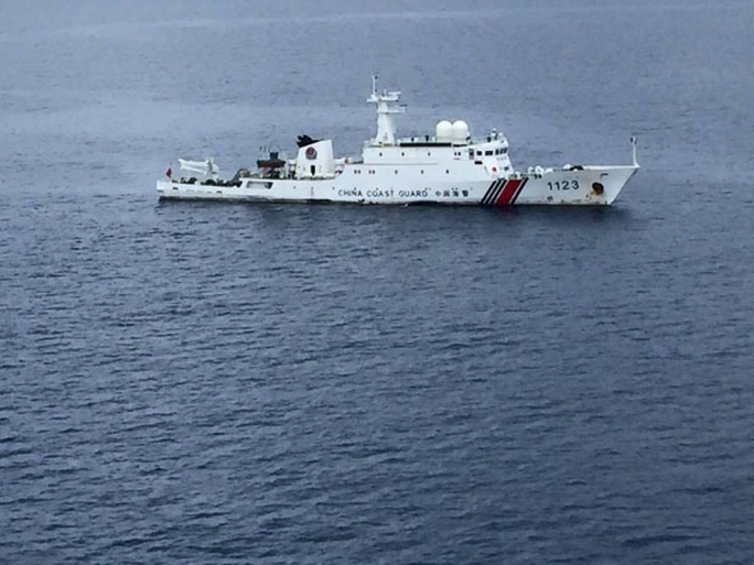 Bức ảnh được Bộ trưởng An ninh quốc gia Malaysia Shahidan Kassim khẳng định là tàu Trung Quốc  thả neo ở bãi đá LuconiaẢnh: FACEBOOK