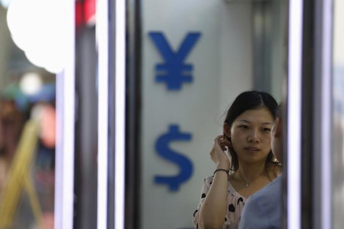 Một cửa hàng đổi ngoại tệ ở TP Thượng Hải - Trung Quốc ngày 14-8  Ảnh: REUTERS