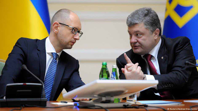 Bất đồng giữa Tổng thống Petro Poroshenko (phải) và Thủ tướng Arseniy Yatsenyuk của Ukraine ngày một sâu sắcẢnh: Reuters